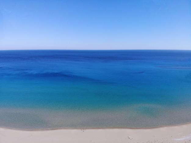 Pływanie na tle morza. letnie wakacje, szczęśliwy moment w jedności z naturą. niesamowity widok z góry. północna część cypru, girne.