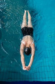 Pływanie w pełnym ujęciu sportowca