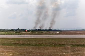 Pożar w pobliżu lotniska z dymem z ognia powoduje złe zanieczyszczenie.