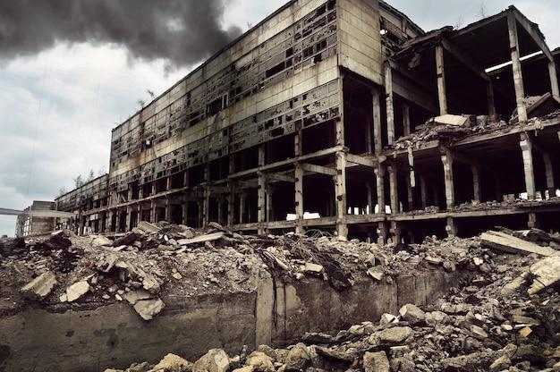 Po bombardowaniu pożar zniszczył budynek fabryki.
