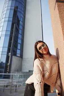 Po ciężkich dniach. młoda piękna dziewczyna w ciepłych ubraniach spaceruje po mieście w weekendy