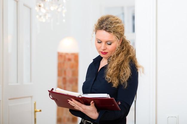 Po godzinie - kobieta w domu z książką adresową