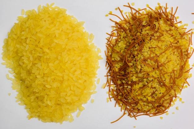Po lewej stronie ramki ryż po prawej kuskus z drobnym makaronem