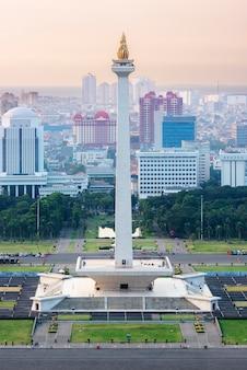 Po południu panoramę miasta dżakarta z national monument (monas)