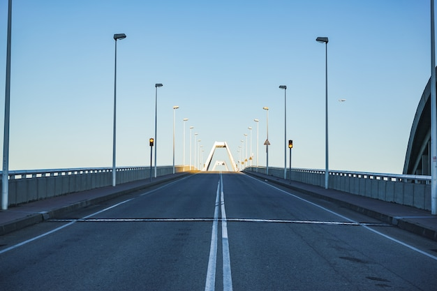 Po południu pusty podwyższony most