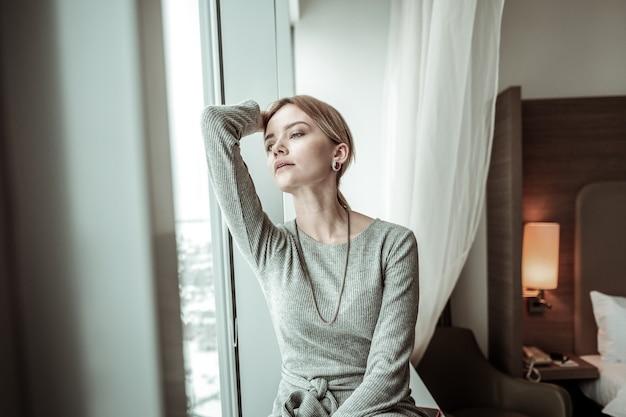 Po powrocie do domu. młoda, atrakcyjna stylowa kobieta czuje ulgę po powrocie do domu po pracy