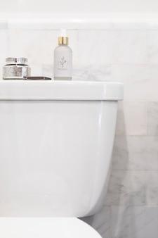 Po prostu jasna czysta łazienka