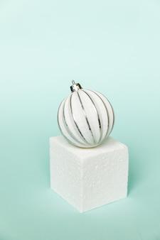 Po prostu minimalna kompozycja obiektów zimowych ornament i kształty sześcianu w formie geometrycznej podium na białym tle