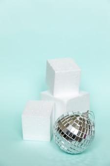 Po prostu minimalna kompozycja zimowa ozdoba obiektu i kształty kostki geometryczne podium na białym tle