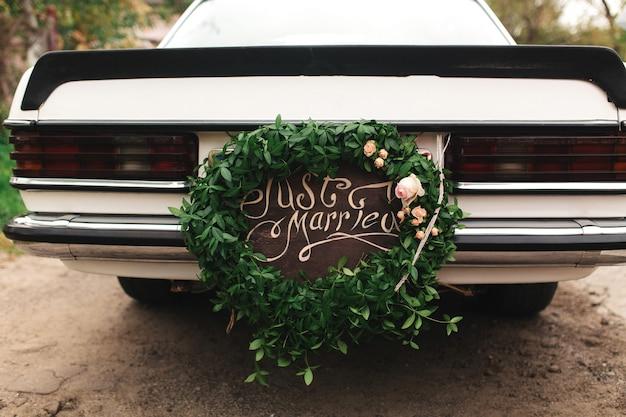 Po prostu żonaty samochód. piękny ślubny samochód z talerzem just married