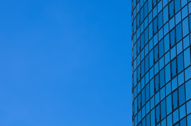 Po stronie wieżowca na tle błękitnego nieba