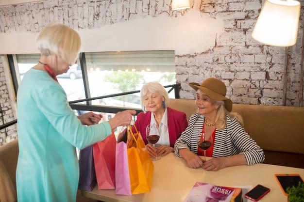 Po zakupach. starsze, wesołe starsze kobiety czują się dobrze po zakupach