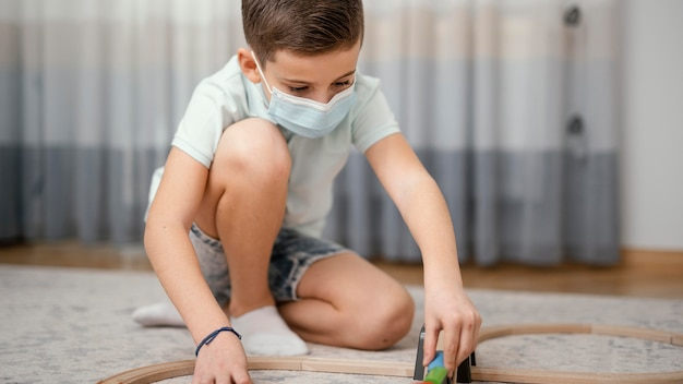 Pobyt w domu dziecko bawi się zabawkami