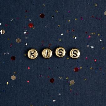 Pocałuj alfabet złoty koraliki słowo