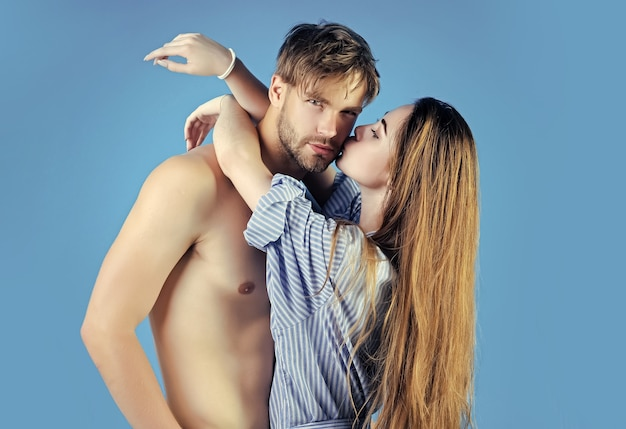 Pocałunek pary. dziewczyna z długimi włosami przytulić chłopca z nagim torsem. koncepcja gier miłości.