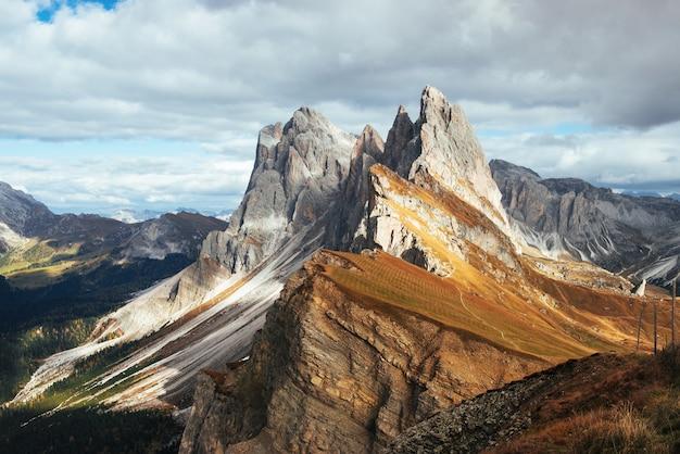 Pochmurna pogoda. wspaniałe wzgórza dolomitów seceda w ciągu dnia.