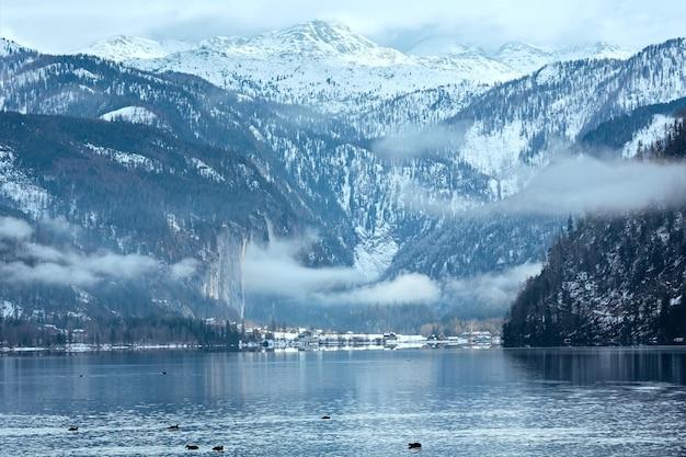 Pochmurna zima z widokiem na alpejskie jezioro grundlsee (austria)