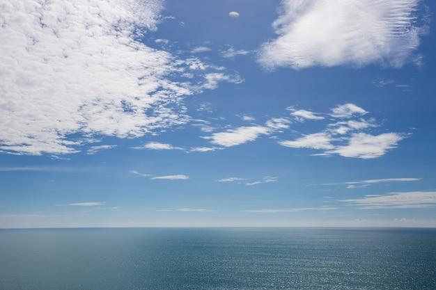 Pochmurne błękitne niebo z błękitnym morzem w lecie