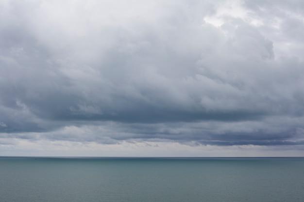 Pochmurne niebo krajobraz