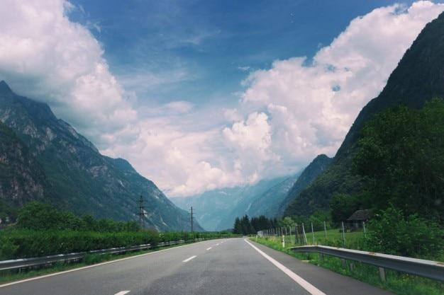 Pochmurne niebo nad drogą