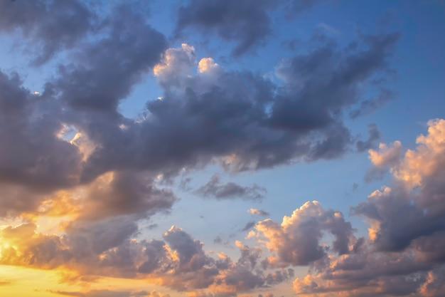 Pochmurne niebo ze słońcem o świcie wcześnie rano