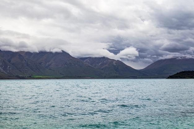 Pochmurny dzień nad jeziorem wakatipu w nowej zelandii na wyspie południowej