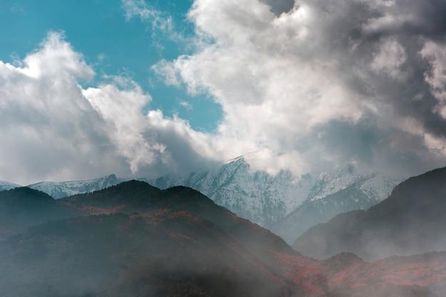 Pochmurny wieczór niebo nad górą olimp w grecji, mglisty czas na górach olimp