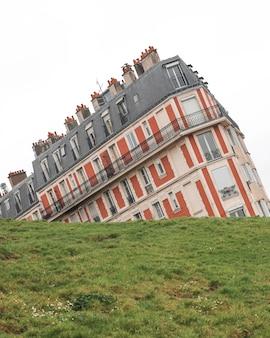 Pochyły budynek w montmartre