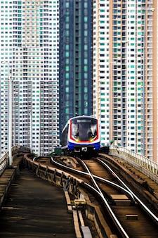 Pociąg bts sky w bangkoku z budynkiem
