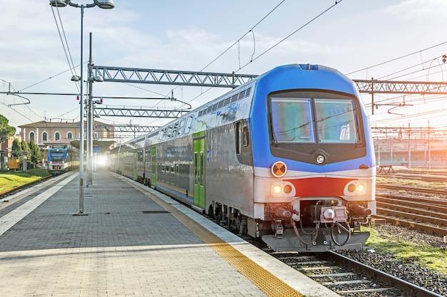 Pociąg czeka na pasażerów na dworcu kolejowym