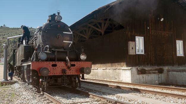 Pociąg czołowy w górach pinhao w portugalii