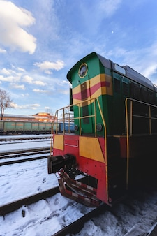 Pociąg diesla w słoneczny zimowy dzień.