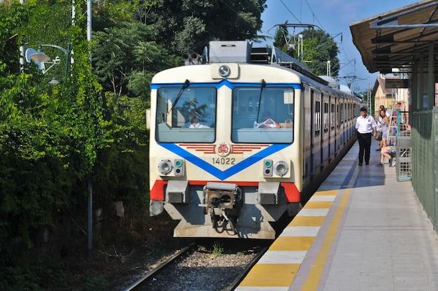 Pociąg dojeżdża na stację w stambule