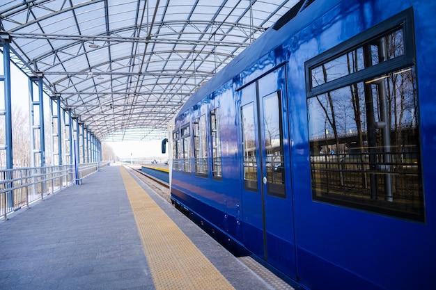 Pociąg ekspresowy na stacji kolejowej. bez ludzi pusty pociąg.