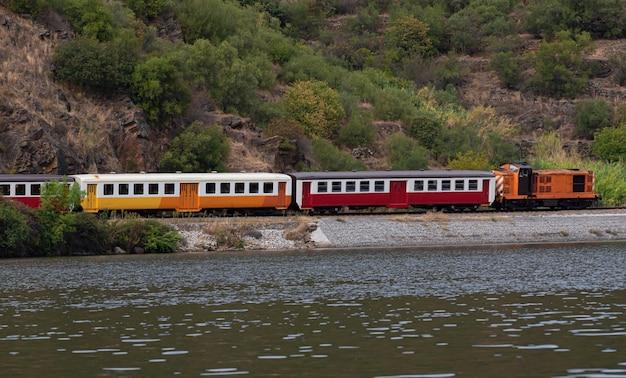 Pociąg jadący wzdłuż rzeki w portugalii