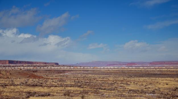 Pociąg jedzie przez pustynię pośrodku rozległej pustyni w arizonie