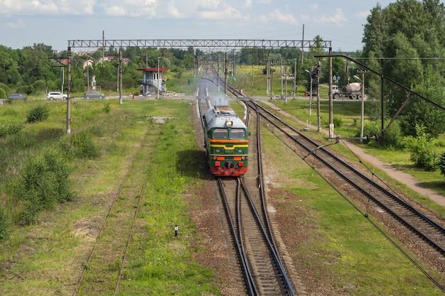Pociąg jeździ po szynach na stacji. widok z lotu ptaka.