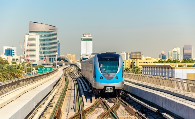 Pociąg metra na czerwonej linii w dubaju