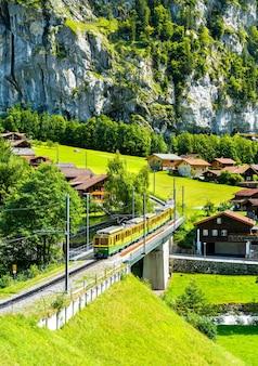 Pociąg na kolei wengernalp w lauterbrunnen w szwajcarii