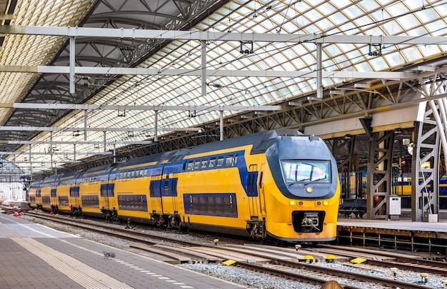 Pociąg na stacji amsterdam centraal w holandii