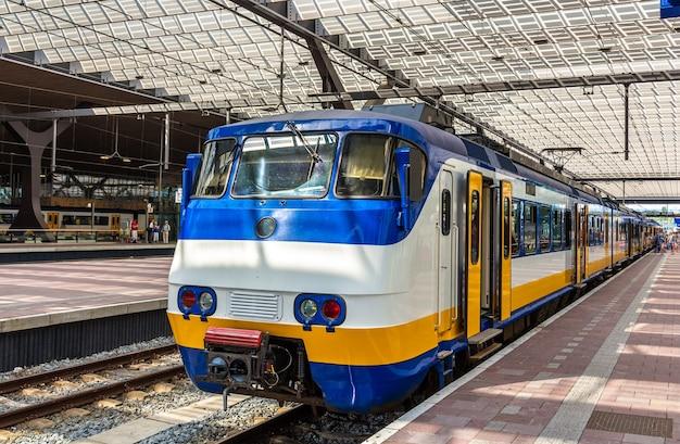 Pociąg na stacji kolejowej rotterdam centraal w holandii