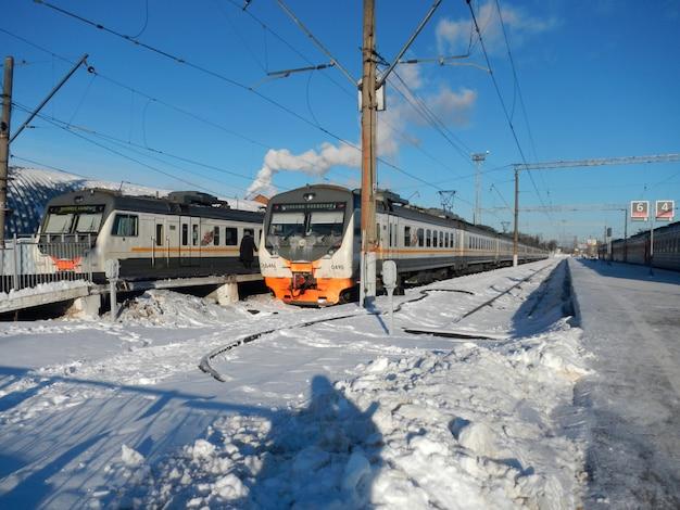 Pociąg na stacji kolejowej w kaluga, rosja