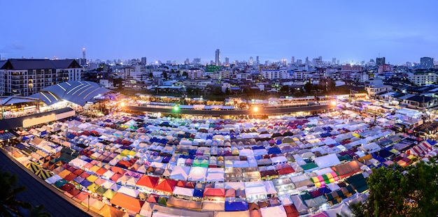 Pociąg night market ratchada (talad rot fai) bardzo słynne zakupy ulicy żywności w bangkoku w tajlandii
