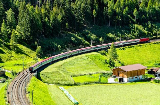 Pociąg pasażerski na brenner railway w austriackich alpach