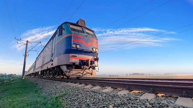Pociąg pasażerski na kolei porusza się z dużą prędkością