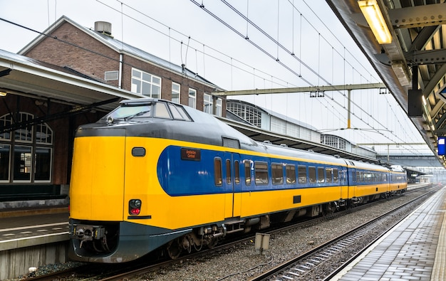 Pociąg pasażerski na stacji kolejowej amersfoort w holandii