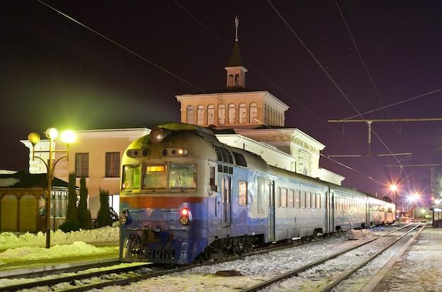 Pociąg podmiejski z silnikiem diesla na stacji kowel na ukrainie