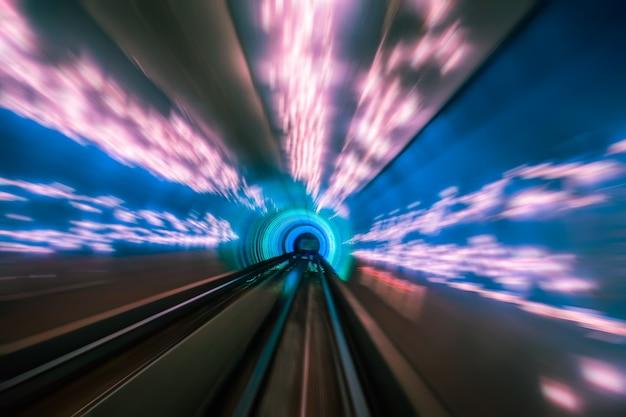Pociąg poruszający się w tunelu - widok abstrakcyjny