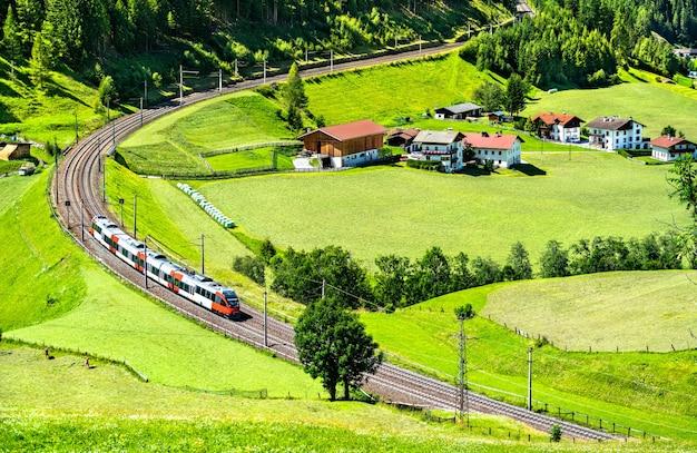 Pociąg regionalny na brenner railway w austriackich alpach