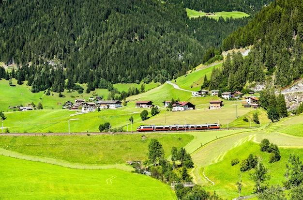 Pociąg regionalny na przełęczy brenner w austriackich alpach